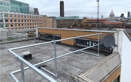 A quick-to-install roof handrail system for the safety of maintenance teams