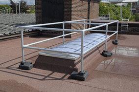 Freestanding skylight guardrail